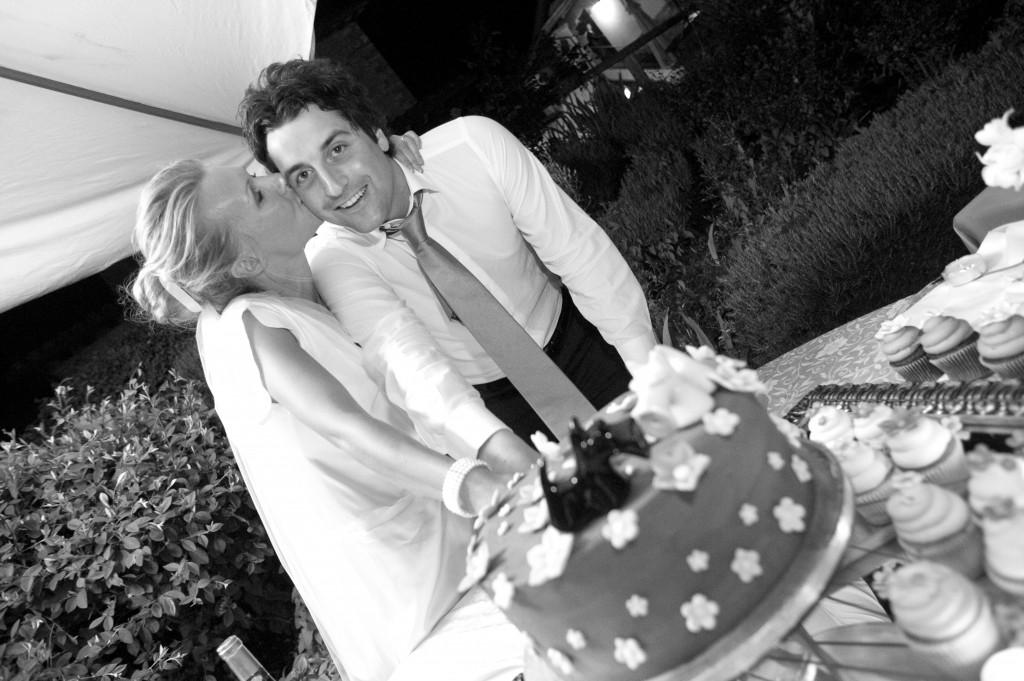 Couper gâteau des mariés ensemble
