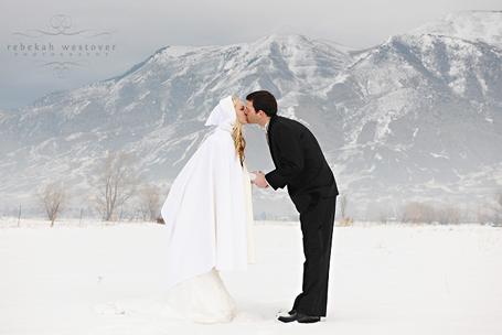 Séance photo de couple dans la neige