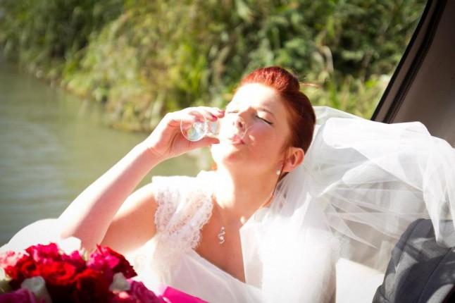 la mariée boit du champagne