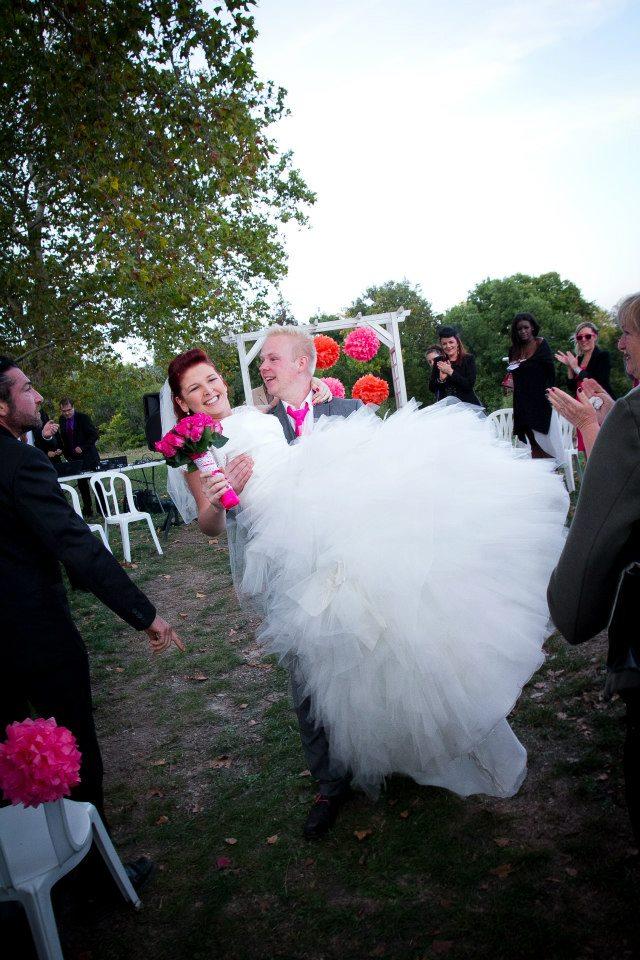 la mariée portée par son mari