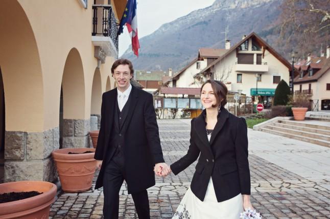 mariés arrivée à la mairie
