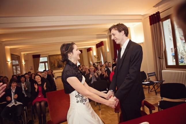 mariés heureux mairie