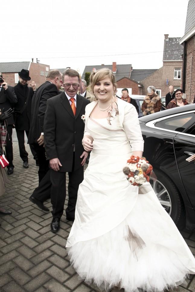 la mariée et son père - arrivée à la mairie