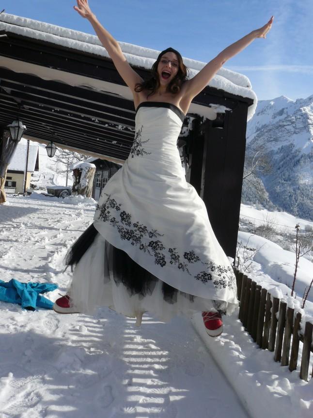 mariée saut de joie dans la neige
