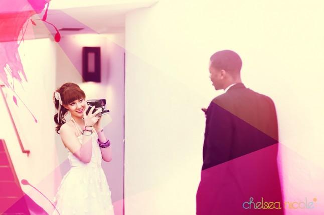 mariée photographiant le marié