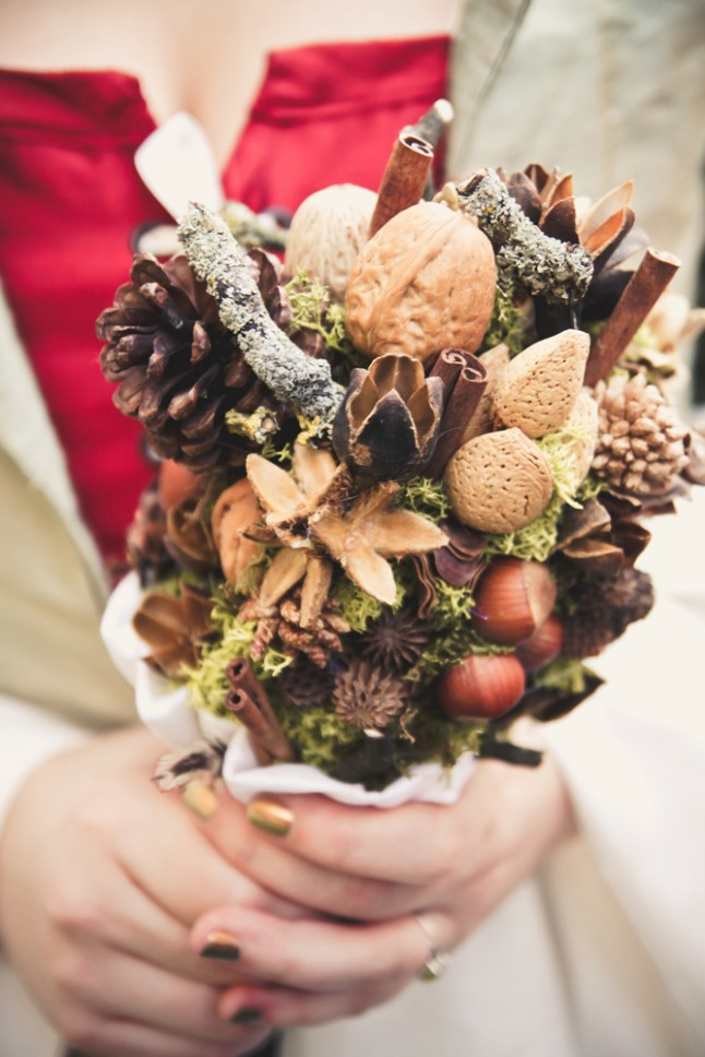 bouquet de mariée en noix, pommes de pins, noisettes...