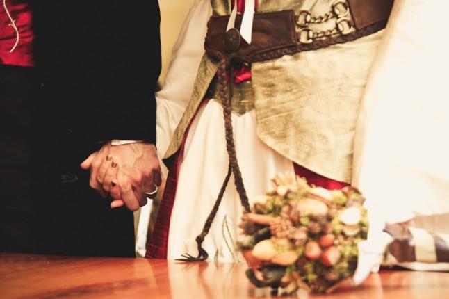mariage médiéval - mains serrées