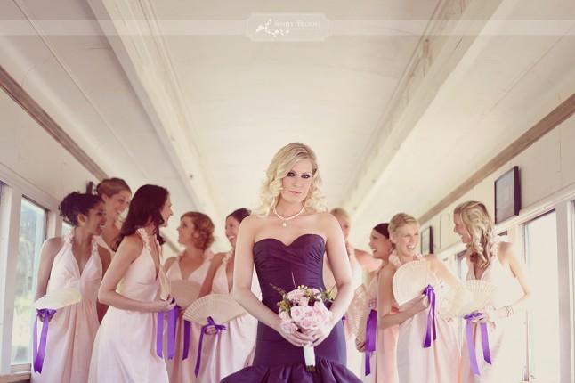 mariée en couleur, bridemaids en blanc