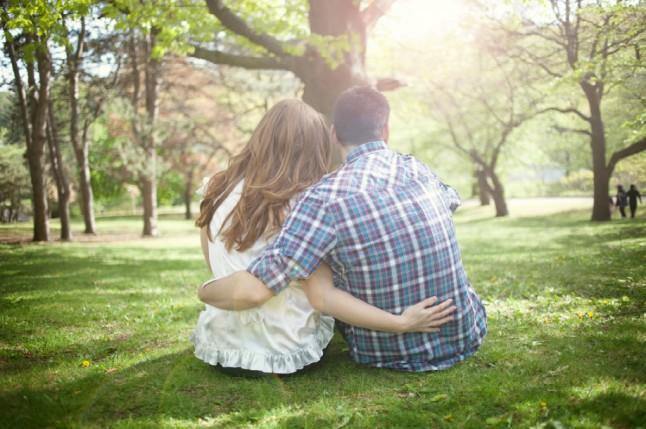 couple enlacé dans un parc