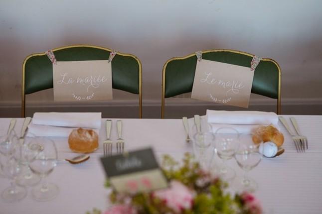 chaises des mariés à table
