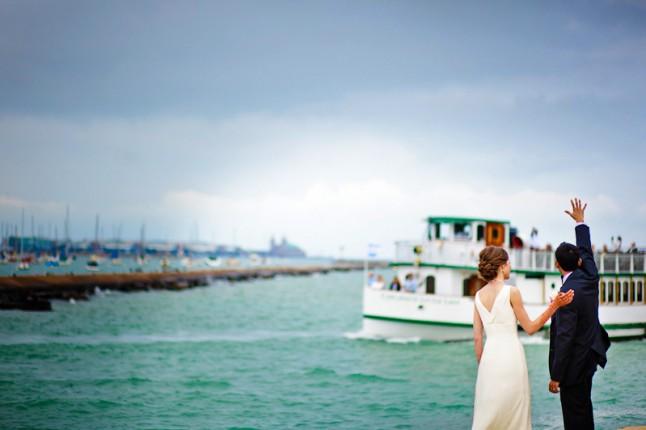 mariés face à la mer bateau