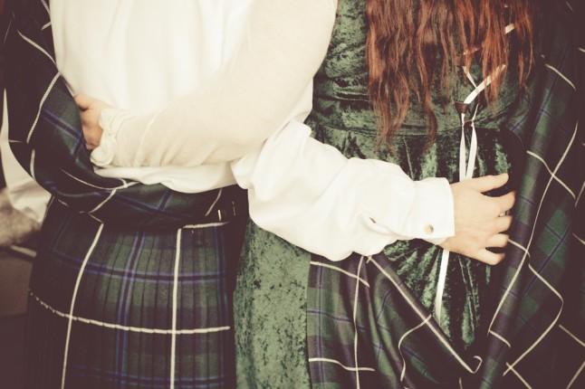 couple en tenue écossaise enlacés