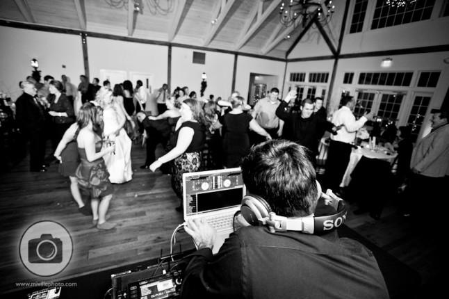 DJ invités dansent