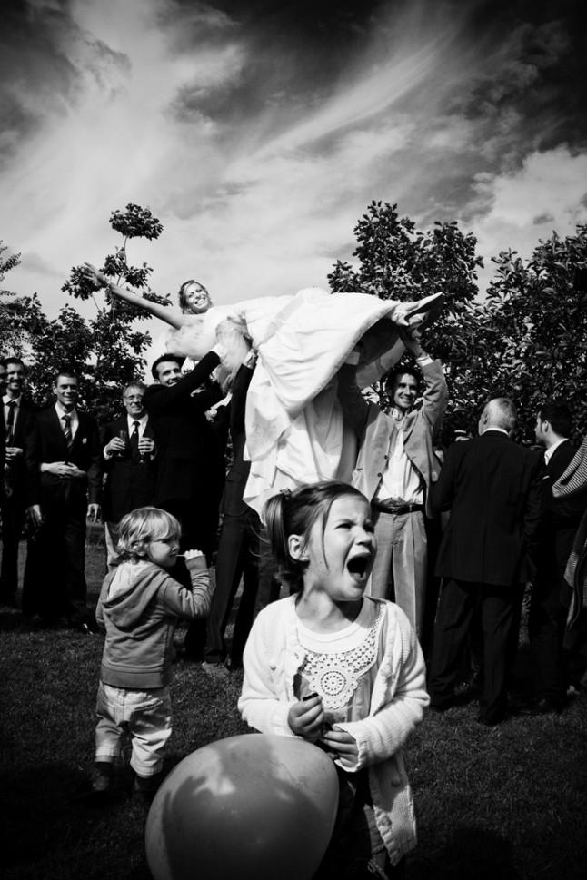 mariage St Méloir des Ondes Bretagne mariée portée en triomphe
