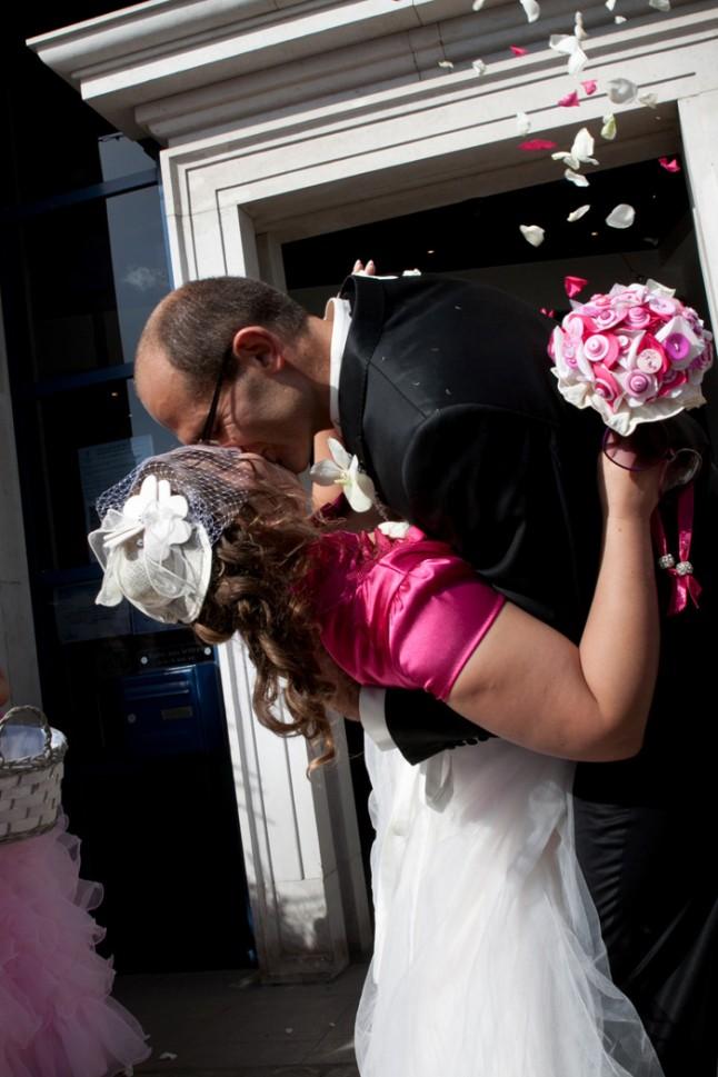 mariage pluie bisou mariés