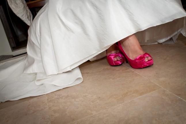 mariage pluie chaussures mariée roses fuschia