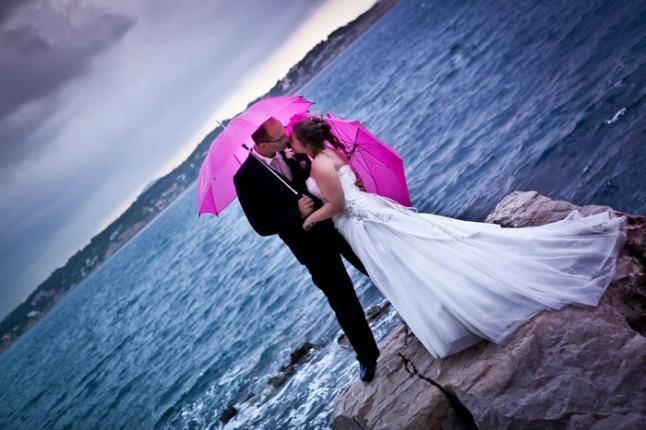 mariage pluie photo mariés parapluie