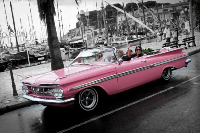 mariage pluie voiture mariés