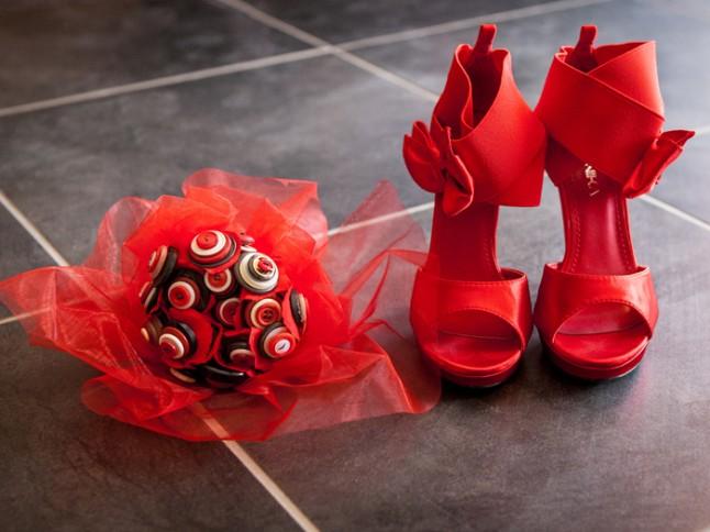 mariage rouge et noir chaussures bouquet