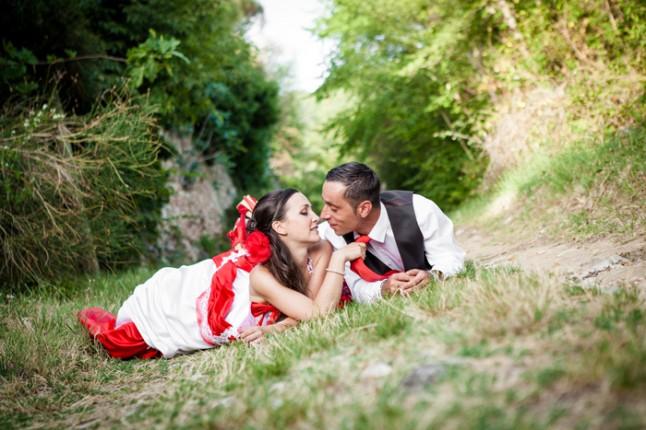 mariage rouge et noir photo mariés