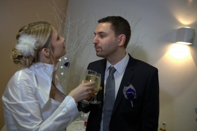 les mariés trinquent