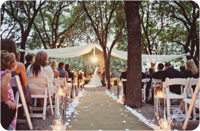 cérémonie extérieur sous les arbres soir
