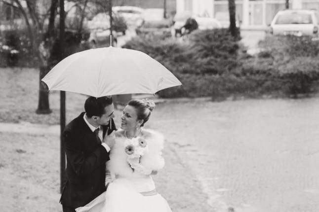 mariage surprise à Lyon - mariés sous un parapluie