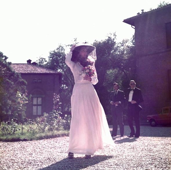 mariée robe à manches longues et chapeau