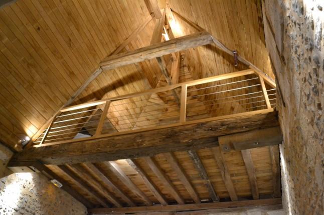 salle bois poutres pierres
