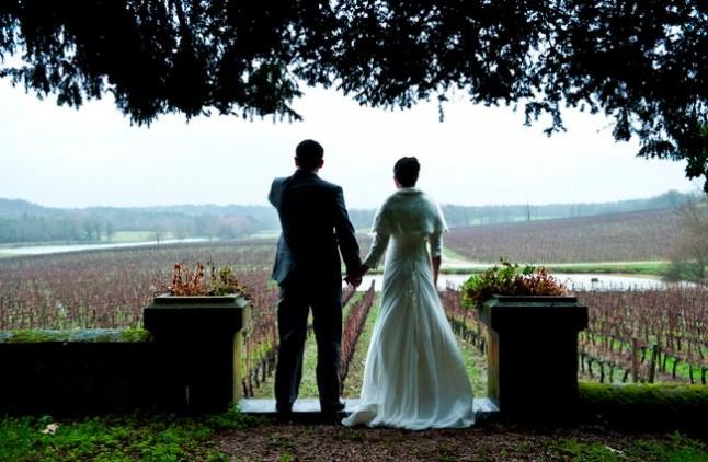 photo de couple de dos vue sur vignes