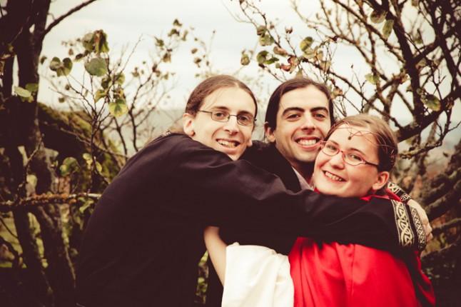mariage médiéval les mariés et le petit frère