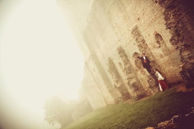 photo de couple mariage médiéval église en ruines