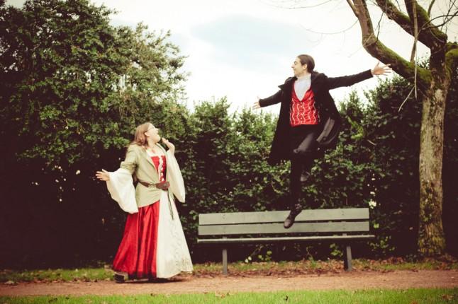 photos de couple mariage médiéval saut