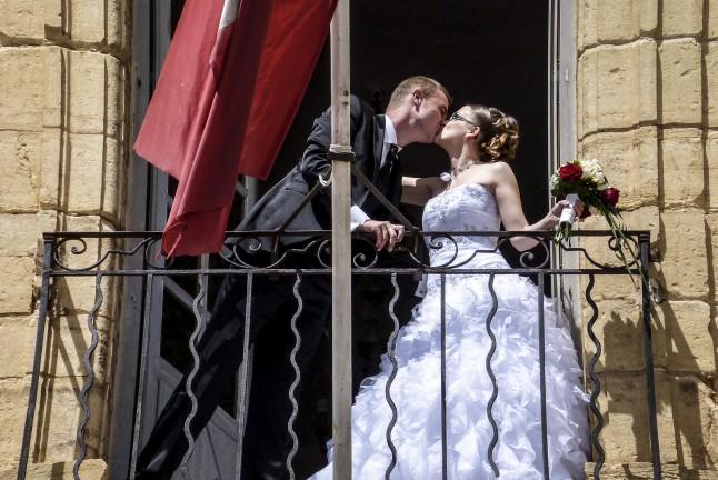 baiser des mariés au balcon
