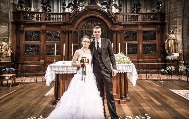 photo de couple mariés église devant l'orgue