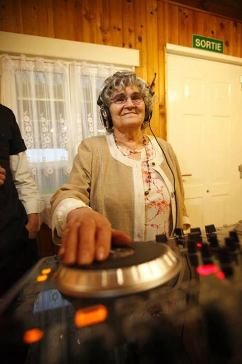 grand-mère aux platines DJ