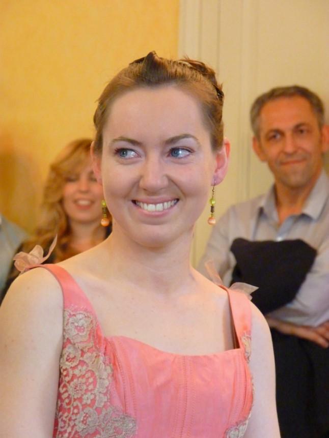 mariée souriante robe rose mariage convivial petit budget