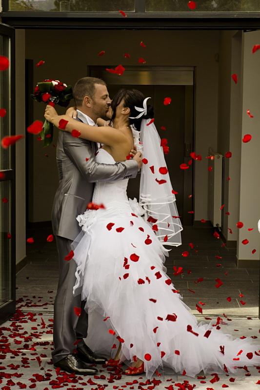 mariage sortie de mairie pétales rouges