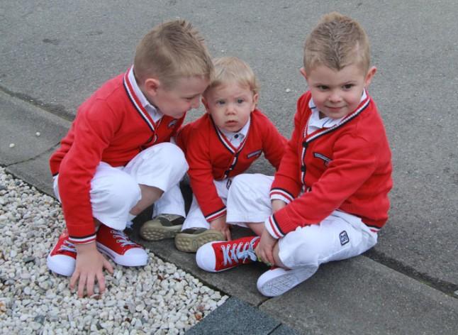 petits garçons d'honneur tenue blanche et rouge