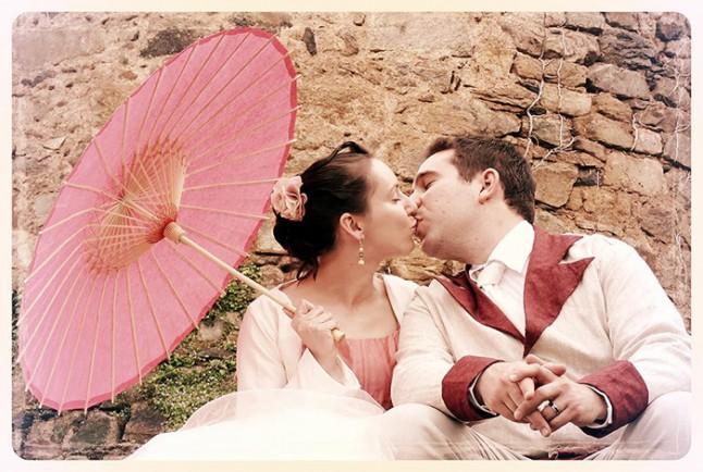 photo de couple ombrelle robe de mariée blanche et rose mariage convivial petit budget