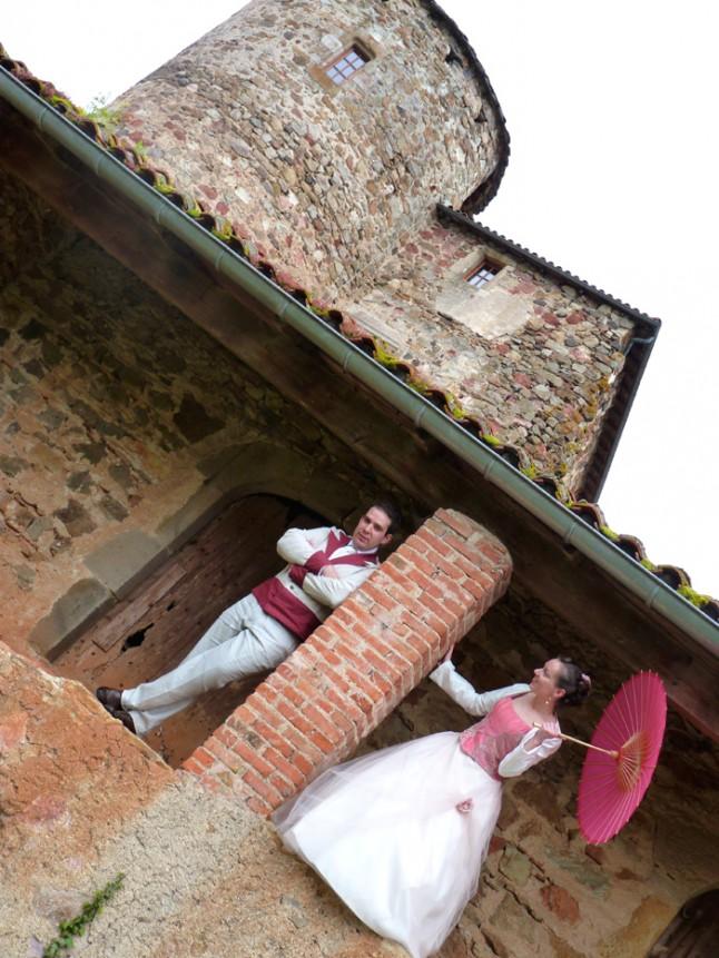 photo de couple robe de mariée blanche et rose mariage convivial petit budget