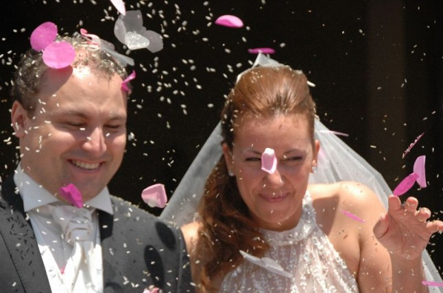 sortie d'église mariage confettis