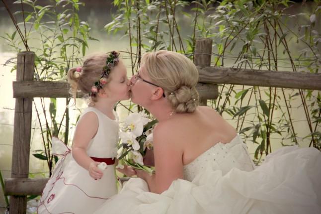 bisou mariée et petite fille