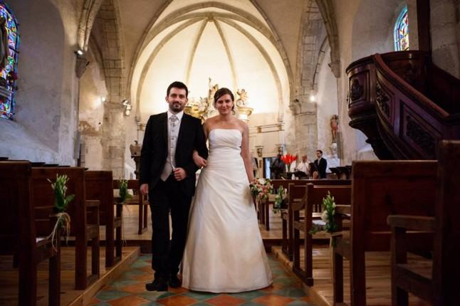 sortie de l'église des mariés dans l'allée