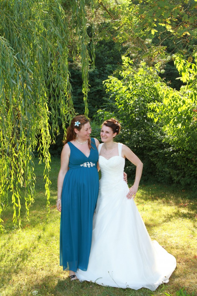 Jeune mariée et sa témoin