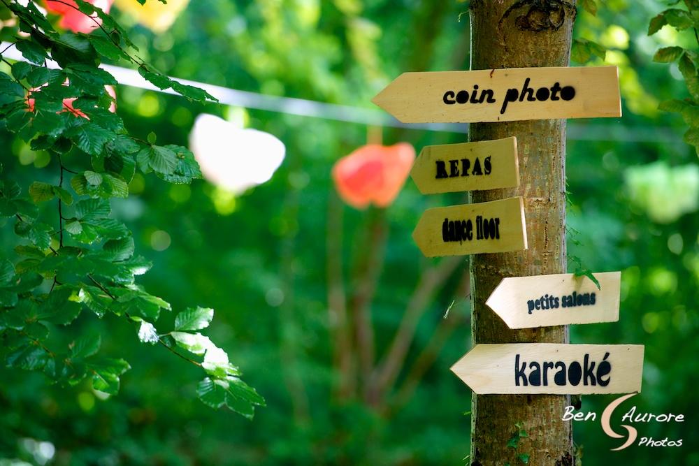 panneaux indicateurs mariage en forêt