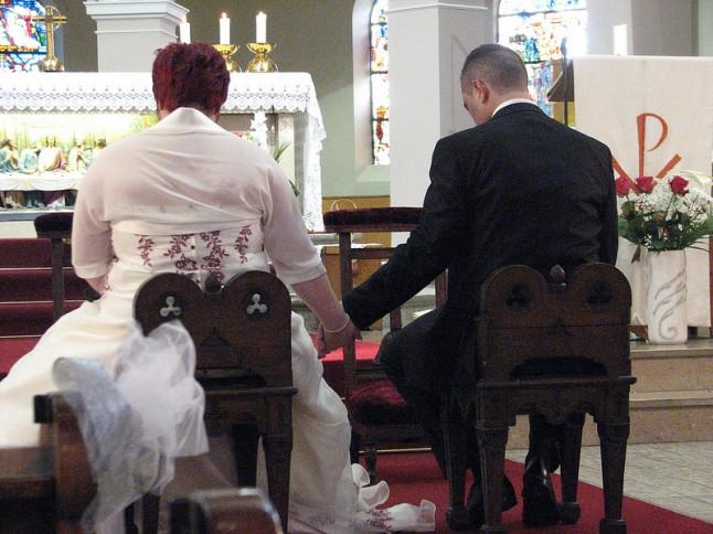 mariage à l'église mariés de dos