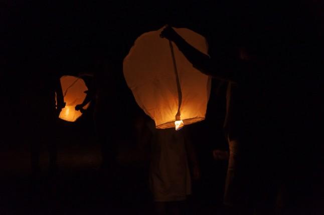 Lâcher de lanternes volantes mariage champêtre romantique