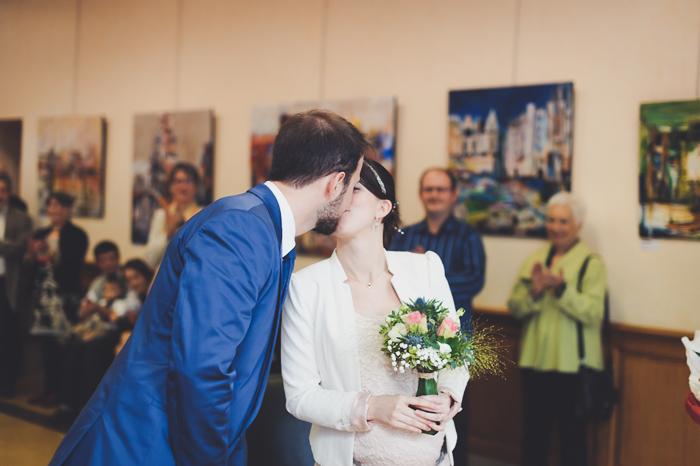 Les mariés s'embrassent cérémonie civile