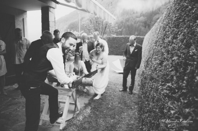 Les mariés scient la bûche tradition suédoise